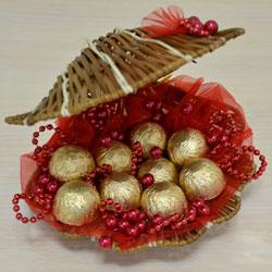 f4a137fae0419a5f0d1d68c98e91043c Как сделать букет из конфет своими руками для начинающих пошагово: мастер класс, фото. Букет из конфет и гофрированной бумаги, игрушек, цветов, в корзинке с розами и тюльпанами: композиции, фото