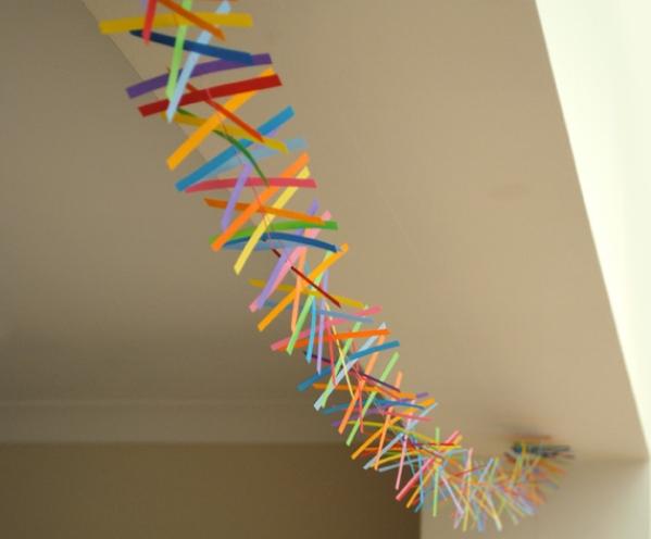 074d9fabd74d46c0a8838d501a7f0c4d Как сделать гирлянду из бумаги своими руками — схемы, шаблоны. Как сделать гирлянду из гофрированной бумаги. Гирлянды на день рождение, свадьбу, новый год в домашних условиях