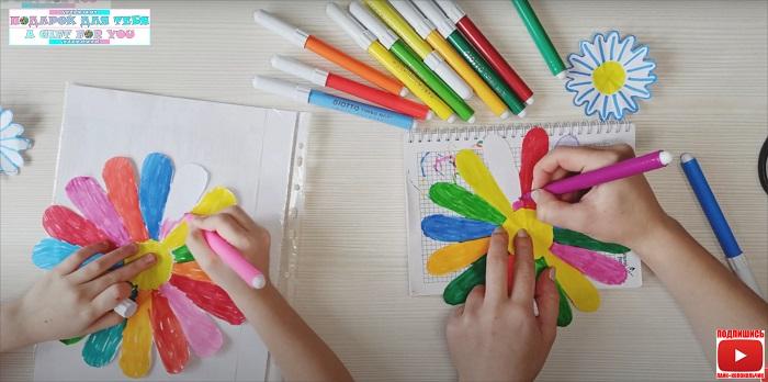 Цветы из бумаги, распускающиеся на воде