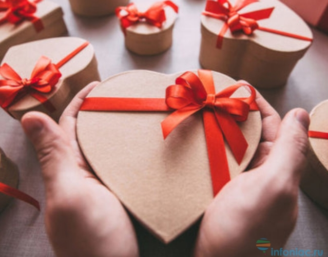 9 традиционных подарков на Новый год, которые уже всем надоели: что не дарить