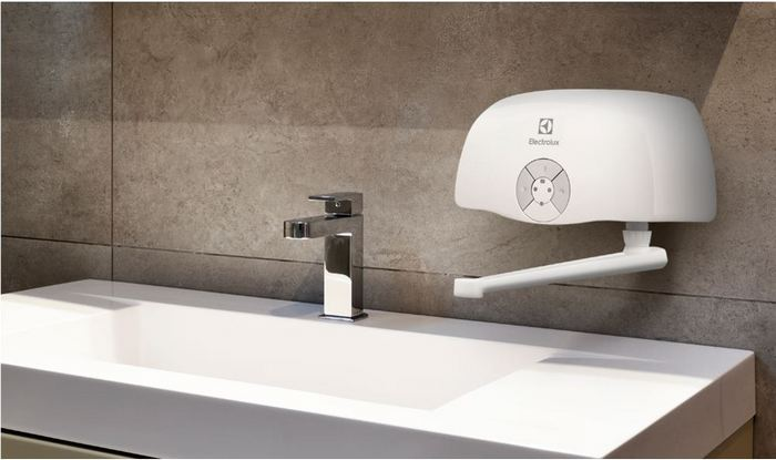 Куда пристроить проточный водонагреватель в маленькой квартире