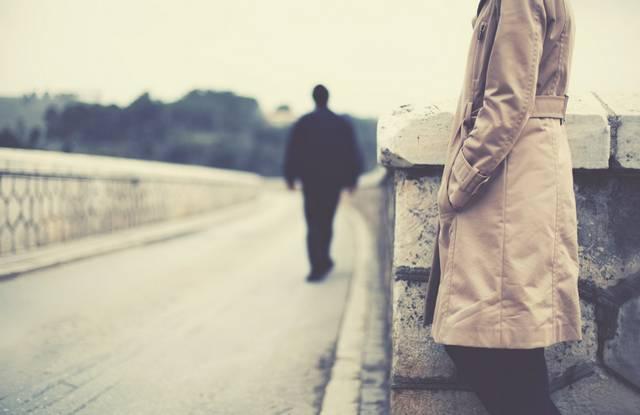 боится серьезных отношений