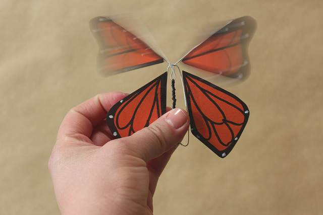 Летающая бабочка для открыток своими руками
