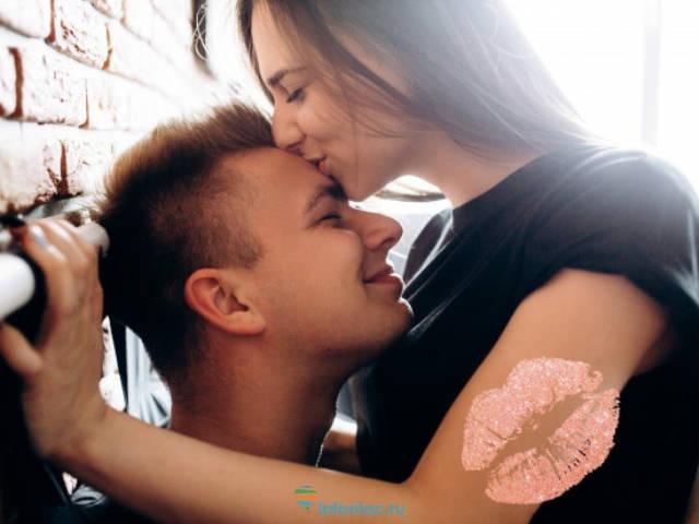 устроили поцелуй в голову молодые для