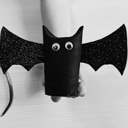 Хеллоуин: как сделать летучую мышь из втулки туалетной бумаги