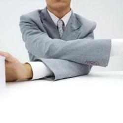 Скрещивание рук уменьшает боль