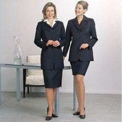 Женщина в юбке кажется более успешной, чем женщина в брюках