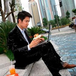Люди, сидящие за компьютером, поглощают больше еды