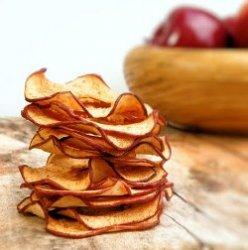 Яблоко для меня, чипсы для тебя: человек покупает здоровую пищу для себя