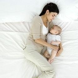 Детям опасно спать в одной кровати с родителями