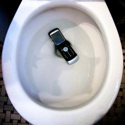 Каждый пятый владелец смартфона роняет любимый гаджет в унитаз