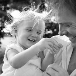 Девочки, которые играют в видеоигры со своими отцами, счастливее