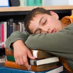 Для успешной учебы детям нужно спать больше 9 часов