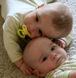 Девятимесячные близнецы бьют все рекорды по плаванию