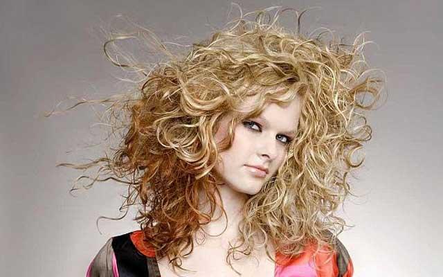 Как самой прическу на кудрявые волосы с помощью мусса