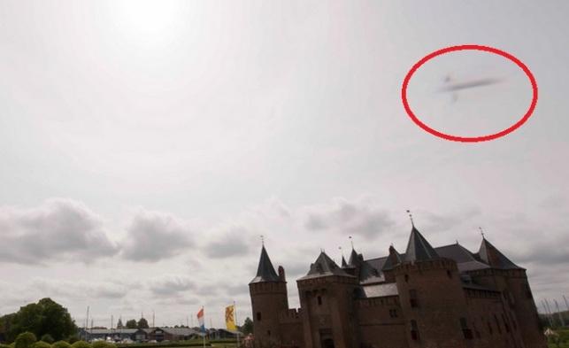 Необычный объект был случайно сфотографирован над замком Мёйдерслот в Нидерландах.