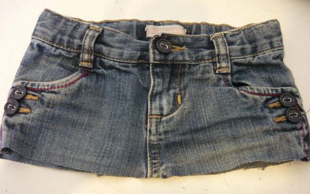 Старые джинсы с затертыми коленками или надоевшими дырками нужно обрезать. . Линию отреза определяем по самой