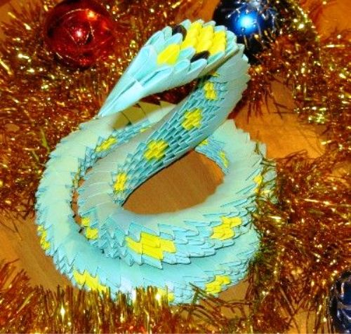Змея из треугольных модулей.