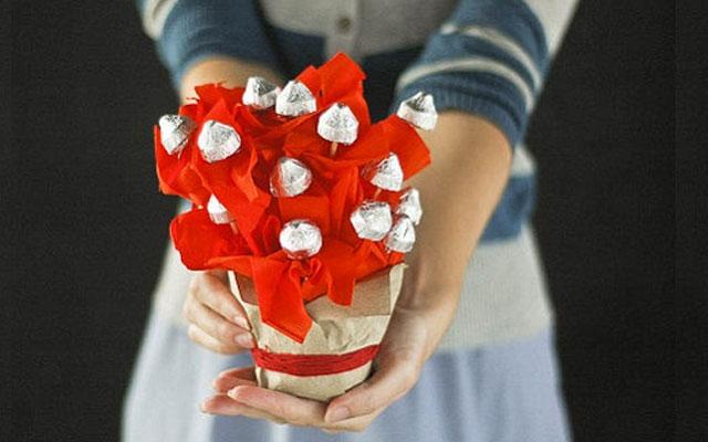 Корзинка из конфет и гофрированной бумаги своими