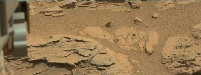 """Марсоход Curiosity обнаружил на Марсе """"мяч"""" и """"светофор"""""""