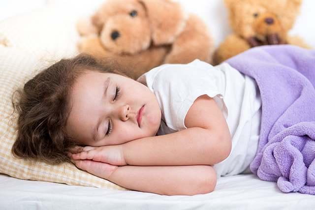 Почему мы вздрагиваем, когда засыпаем, и другие проблемы во сне