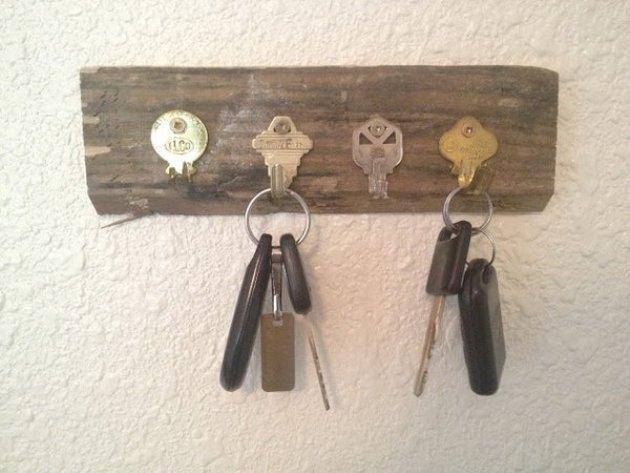 Ключница настенная из ключей своими руками 18