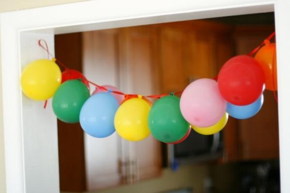 Как своими руками украсить комнату шарами