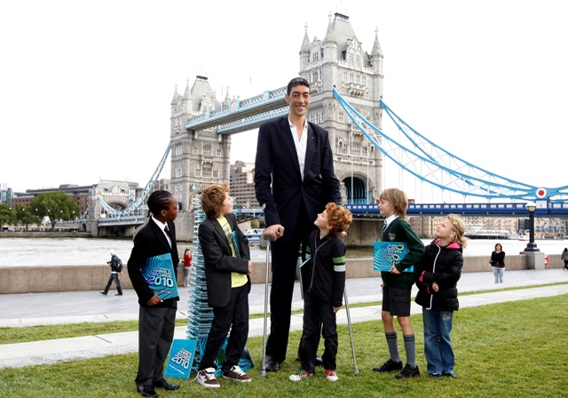 Sultan Kosen из Турции занесен в Книгу рекордов Гиннеса 2010 как самый высокий человек в мире.  Его рост составляет 2...