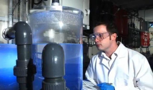 инженер и опытная установке по получению бензина из воздуха.