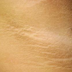 Коричневая кожа потемнела