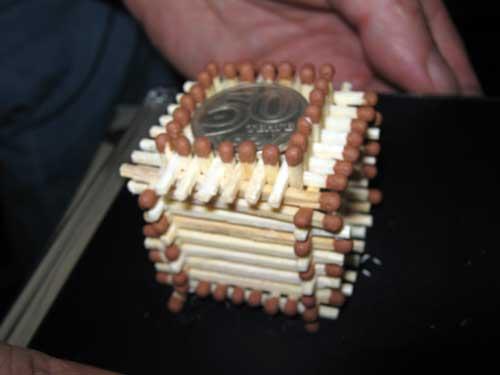 Поправьте пальцами конструкцию