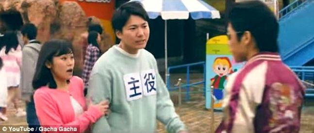 Японский парк развлечений позволяет нанять хулиганов и побить их, чтобы удивить свою девушку