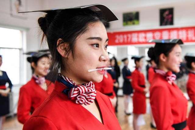 Как тренируют стюардесс в Китае