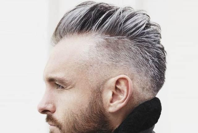 На груди мужчины седые волосы