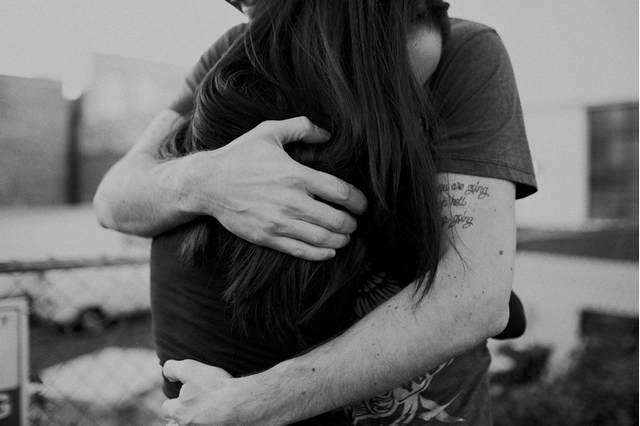 Хотите узнать о его чувствах? Посмотрите, как он вас обнимает