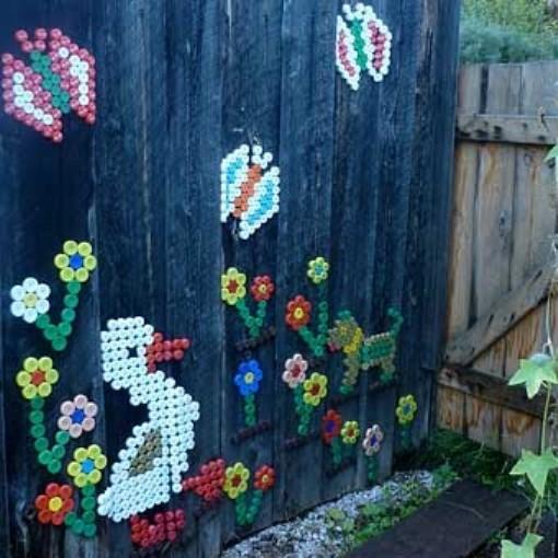 Поделки из крышек на заборе