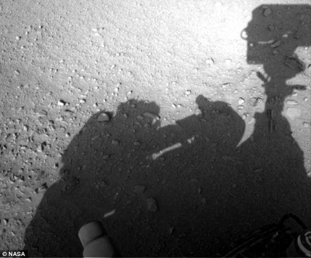 На Марсе заметили человека, ремонтирующего марсоход