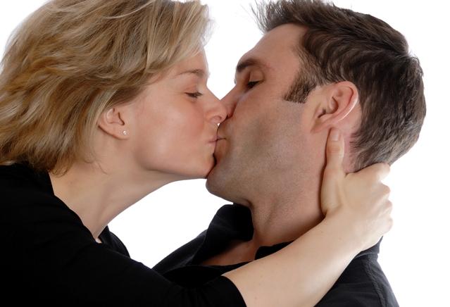 Поцелуй и секс сжигает калории