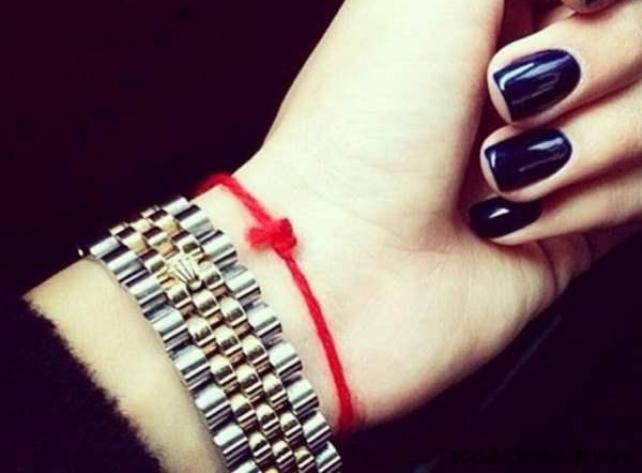 Красная нить на левом запястье: как правильно завязать, молитва изоражения