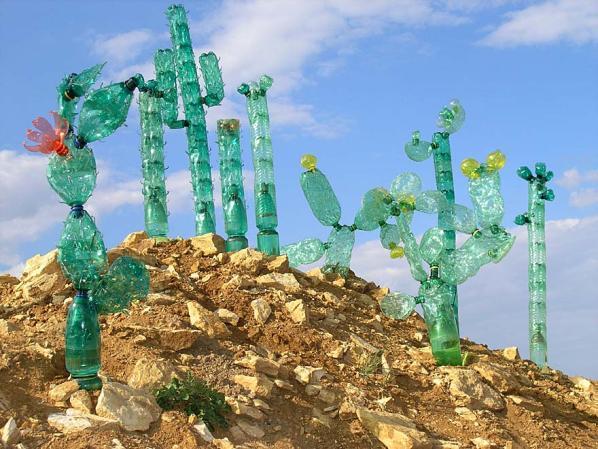 Поделки из пластиковых бутылок - пожалуй, самый демократичный из современных видов .  Не переживайте, можно украсить...