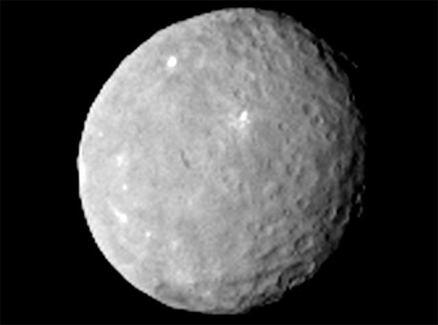 Ученых озадачили белые пятна на планете Церера